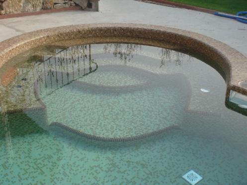 Egyedi színátmenettel burkolt medence