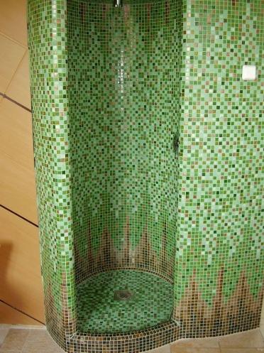 Zuhanyzó egyedi üvegmozaik mintával