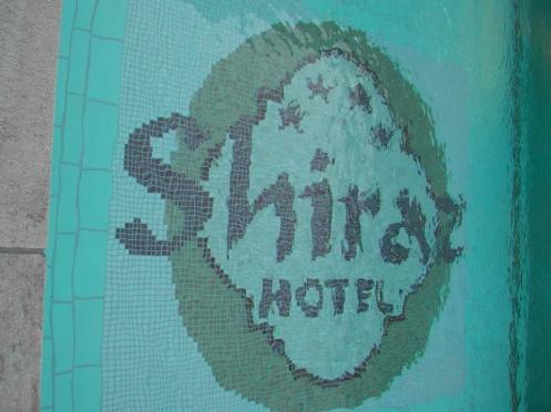 Hotel logója mozaikból csempébe illesztve