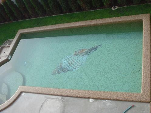 Egyedi barna medence vízzel feltöltve