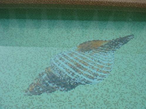 Barna medence alján üvegmozaikkép