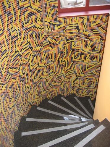 Lépcső fala mozaikkal borítva