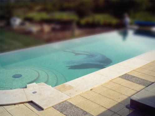 Cápás grafika medencében (egyedi üvegmozaik grafika)