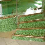 Egyedi medence bejárata