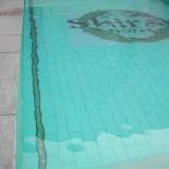 Mozaik beillesztése csempével burkolt medencébe