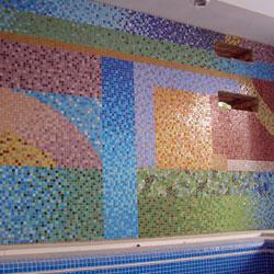 Felburkolt üvegmozaik kép teljes falfelületen