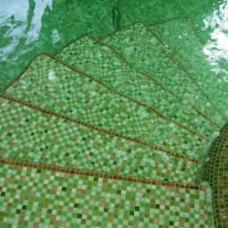 Üvegmozaik burkolat uszodában
